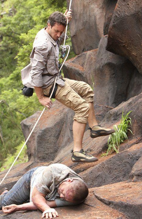 Bei einem Ausflug in die Berge, finden Steve (Alex O'Loughlin, r.) und Danny einen toten Fischer (Jack Leung, l.). Beim Versuch die Leiche zu bergen... - Bildquelle: 2011 CBS BROADCASTING INC.  All Rights Reserved.
