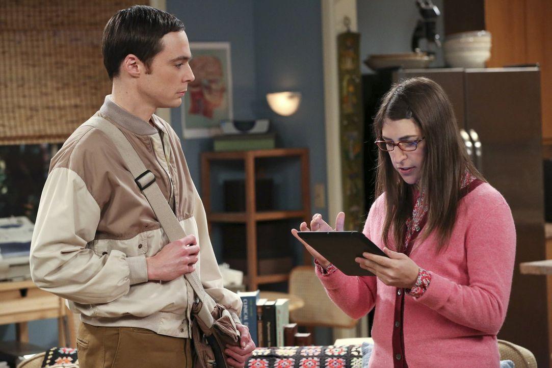 Amy (Mayim Bialik, r.) versucht Sheldon (Jim Parsons, l.) davon zu überzeugen, einen Esstisch für seine Wohnung zu kaufen. Doch Sheldon ist gegen je... - Bildquelle: Warner Brothers