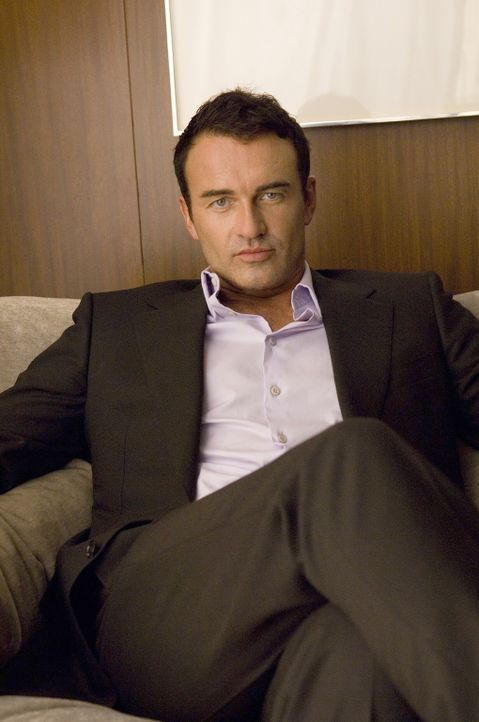 Steht vor einer privaten, wie auch vor einer beruflichen Krise: Christian (Julian McMahon) ... - Bildquelle: TM and   2004 Warner Bros. Entertainment Inc. All Rights Reserved.