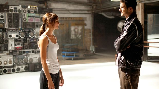 Luke (Rick Malambri, l.) nimmt Natalie (Shrani Vinson, r.) in seine Tanzcombo...