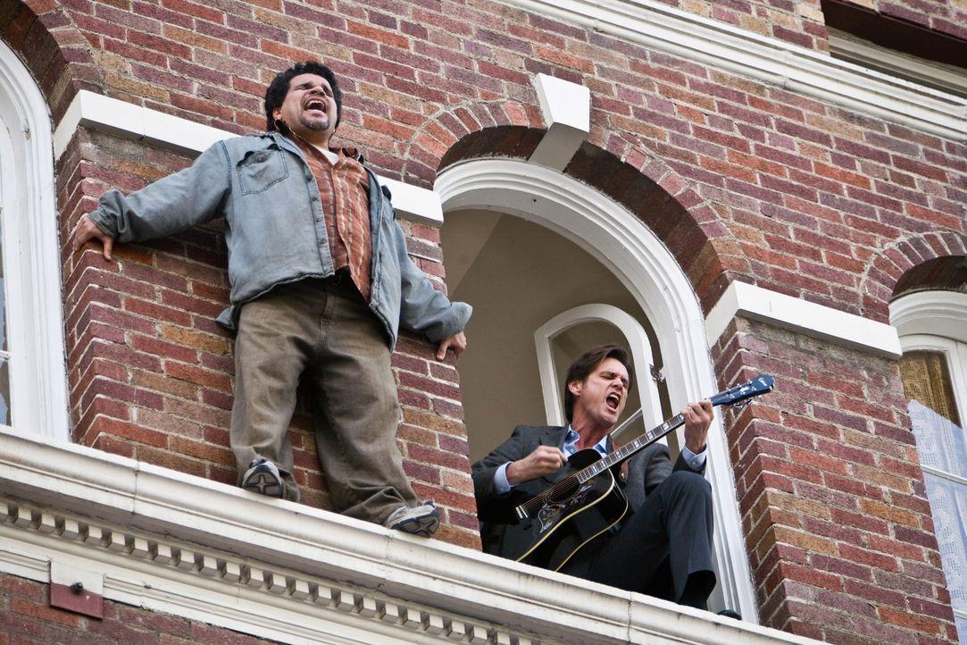 """Während Carl Allen (Jim Carrey, r.) zu seinem Leben endlich """"Ja"""" sagt, sind andere (Luis Guzman, l.) noch nicht so weit ... - Bildquelle: Warner Bros."""
