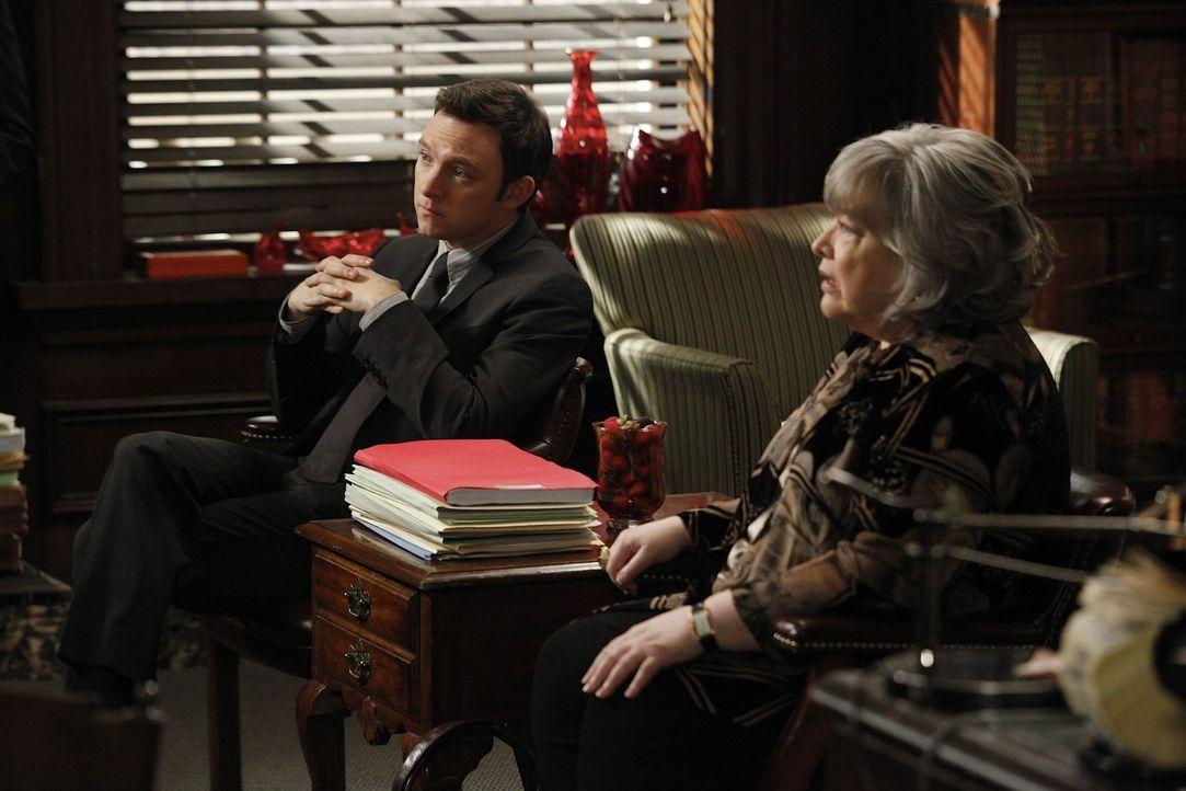 Versuchen alles, damit Willie nicht verurteilt wird: Adam (Nathan Corddry, l.) und Harriet (Kathy Bates, r.) ... - Bildquelle: Warner Bros. Television