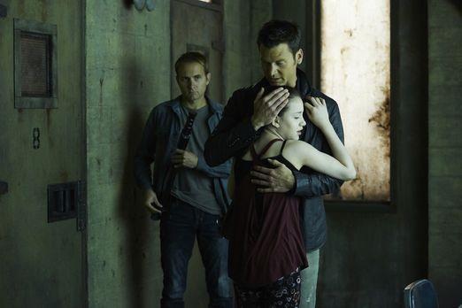 Aleister (Sean Rogerson, hinten r.) baut seine Bindung zu Savannah (Kiara Cla...