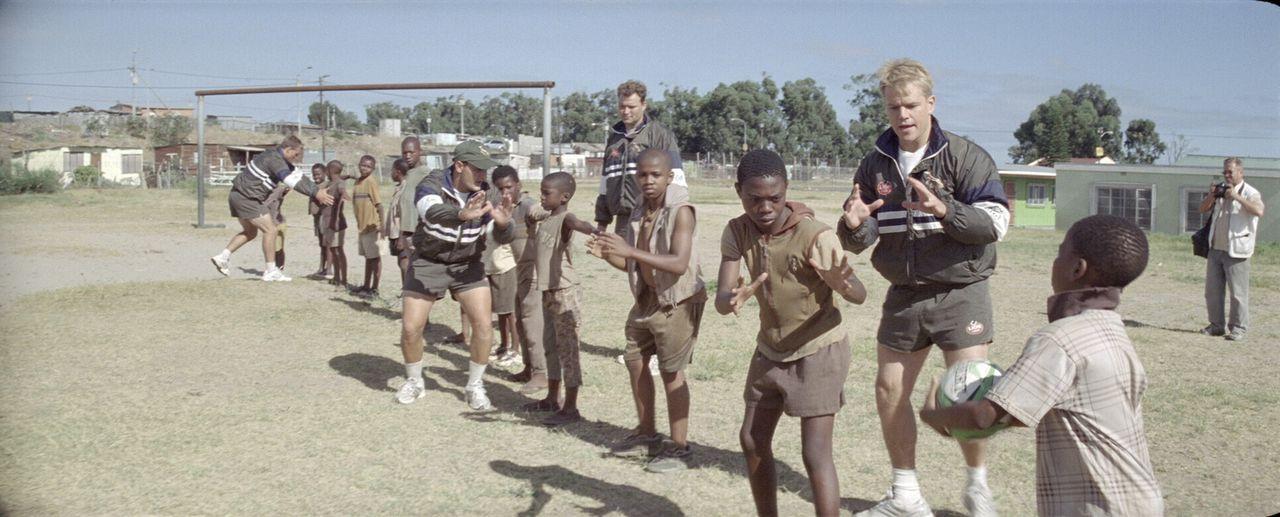 Die Stimmung in Südafrika ändert sich, als Francois (Matt Damon, 2.v.r.) und seine Mannschaftskollegen vor der Weltmeisterschaft durch das Land reis... - Bildquelle: Warner Bros.