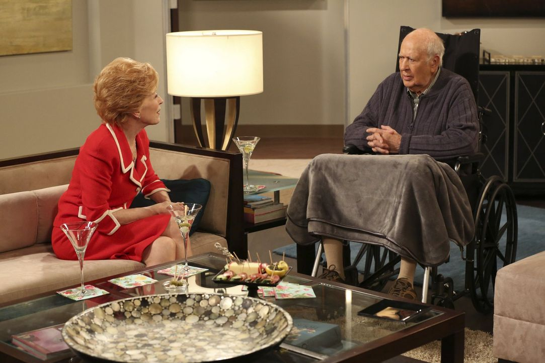 Jenny zieht mit bei Evelyn (Holland Taylor, l.) und deren reichem Freund Marty (Carl Reiner, r.) ein, während Alan eine ganz neue Seite von Lyndsey... - Bildquelle: Warner Brothers