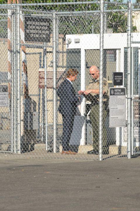 Ein überführter Mörder kann Patrick Jane (Simon Baker, l.) davon überzeugen, seine Unschuld zu beweisen. Dafür verspricht er ihm im Gegenzug In... - Bildquelle: Warner Bros. Television