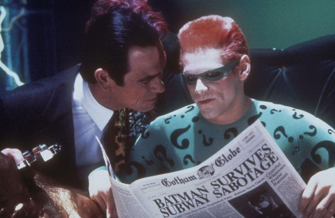 """Gemeinsam kämpfen sie gegen Batman: die beiden Superschurken Harvey """"Two-Face"""" (Tommy Lee Jones, l.) und """"Riddler"""" (Jim Carrey, r.) ... - Bildquelle: Warner Brothers International"""