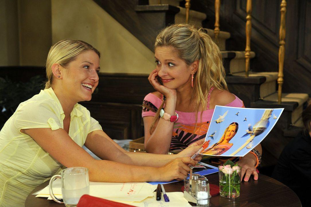 Erfahren, dass sie miteinander verwandt sind: Anna (Jeanette Biedermann, l.) und Mia (Josephine Schmidt, r.) ... - Bildquelle: Sat.1
