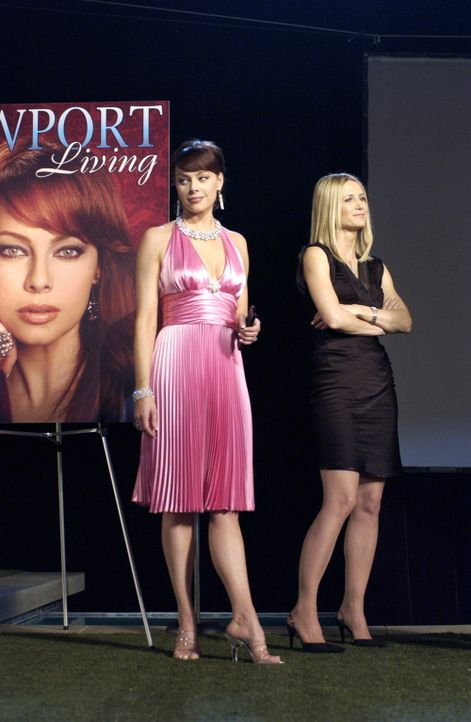 Auf der großen Leinwand, auf der ein Werbevideo über Newport gezeigt werden sollte, ist stattdessen ein Ausschnitt von Julies (Melinda Clarke, l.)... - Bildquelle: Warner Bros. Television