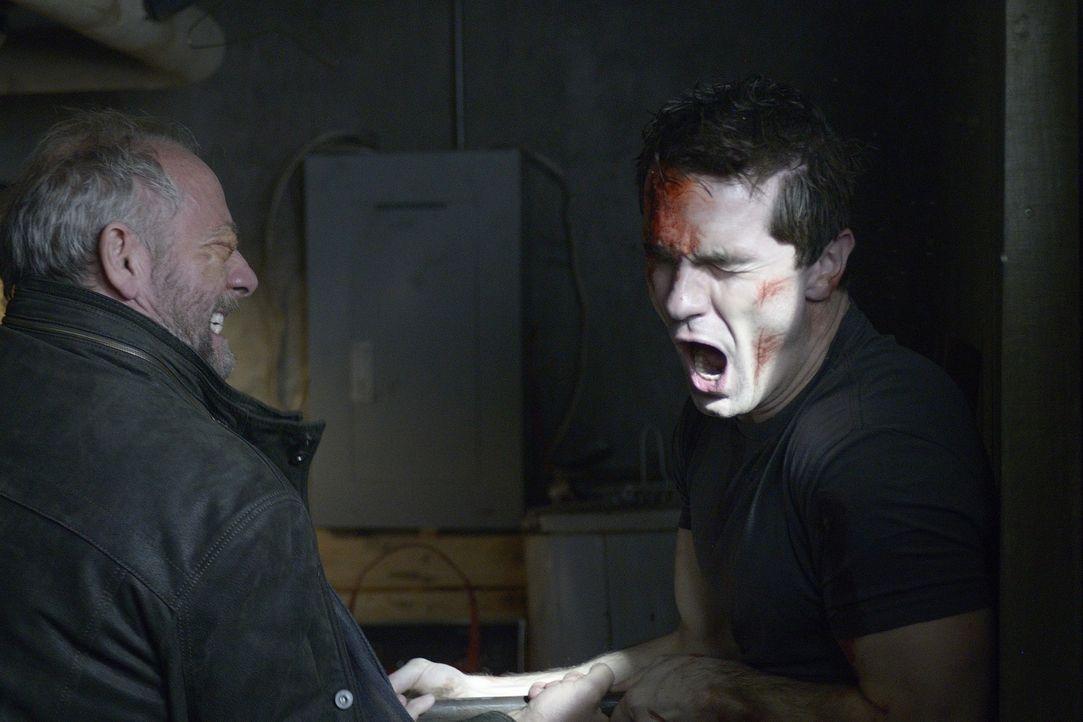 Aidan (Sam Witwer, r.) muss sich Gedanken um Kenny machen, als Liam (Xander Berkeley, l.) auftaucht ... - Bildquelle: Phillipe Bosse 2013 B.H. 2 Productions (Muse) Inc. ALL RIGHTS RESERVED.