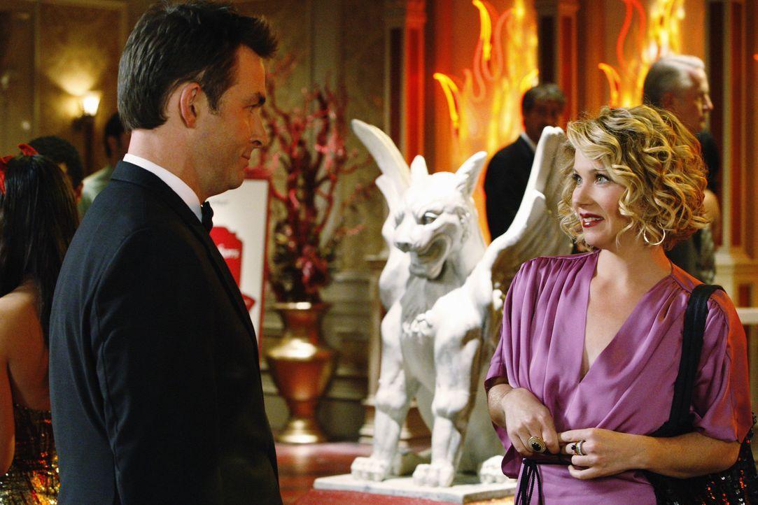 Samantha (Christina Applegate, r.) lässt sich von Bill Jacobs (James Patrick Stuart, l.) hinreißen lassen im Kasino zu spielen - allerdings mit fa... - Bildquelle: 2008 American Broadcasting Companies, Inc. All rights reserved.