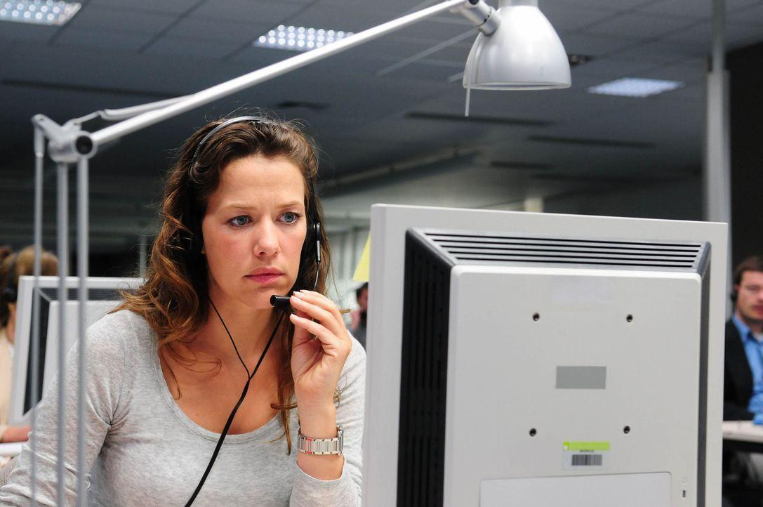 Nach einem schrecklichen Erlebnis hat die junge Anwältin Anna Winter (Alexandra Neldel, l.) ihre Kanzlei aufgegeben und heuert in einem Callcenter... - Bildquelle: Christiane Pausch ProSieben