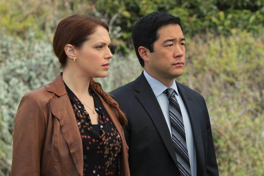 Bei den Ermittlungen: Grace (Amanda Righetti, l.) und Kimball (Tim Kang, r.) ... - Bildquelle: Warner Bros. Television