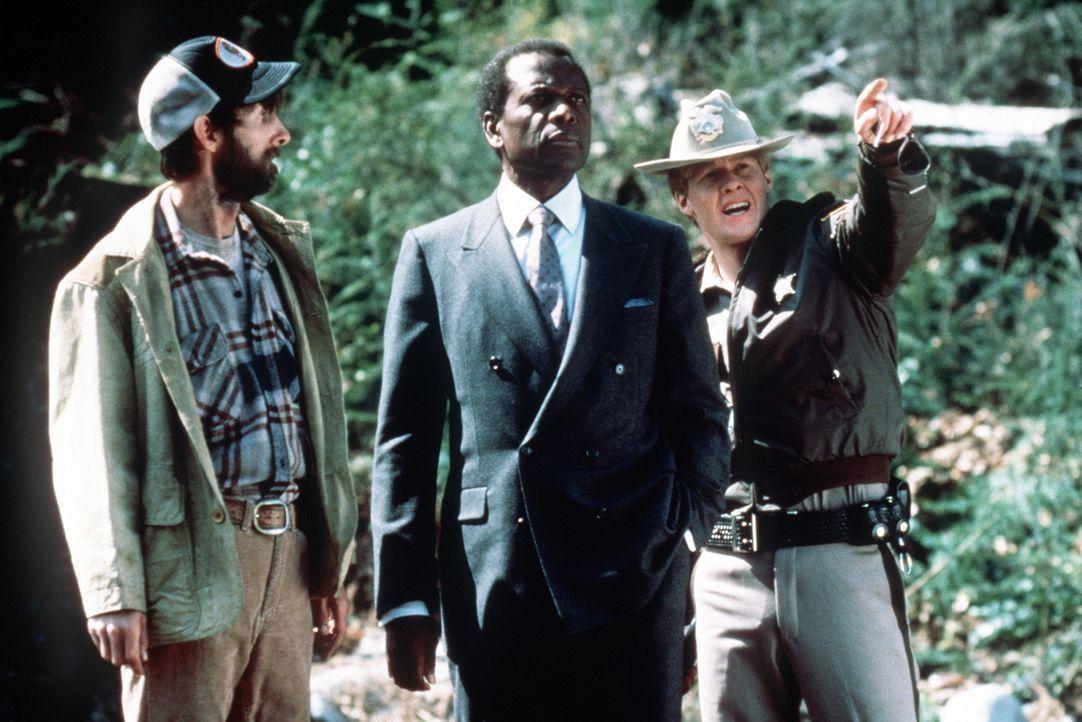 Als der FBI-Agent Stanton (Sidney Poitier, M.) einen gefährlichen Killer verfolgt, flüchtet dieser in die unwegsamen Rocky Mountains im Grenzgebiet... - Bildquelle: Buena Vista Pictures