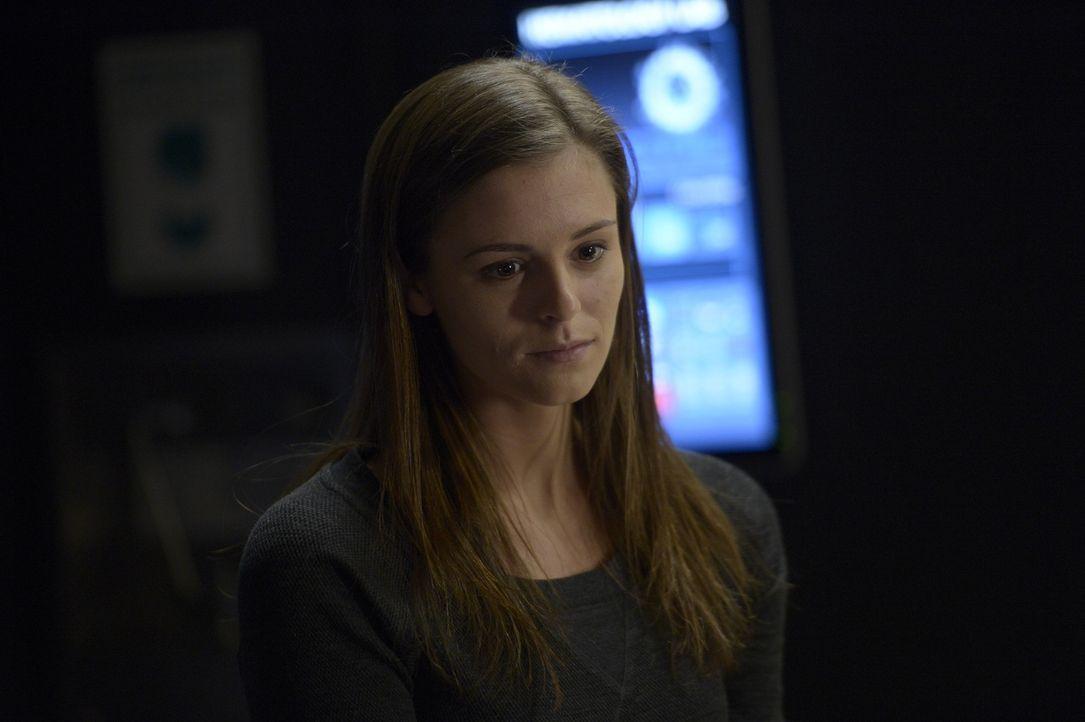 Sarah (Jordan Hayes) bekommt eine unerwartete Nachricht ... - Bildquelle: 2014 Sony Pictures Television Inc. All Rights Reserved.