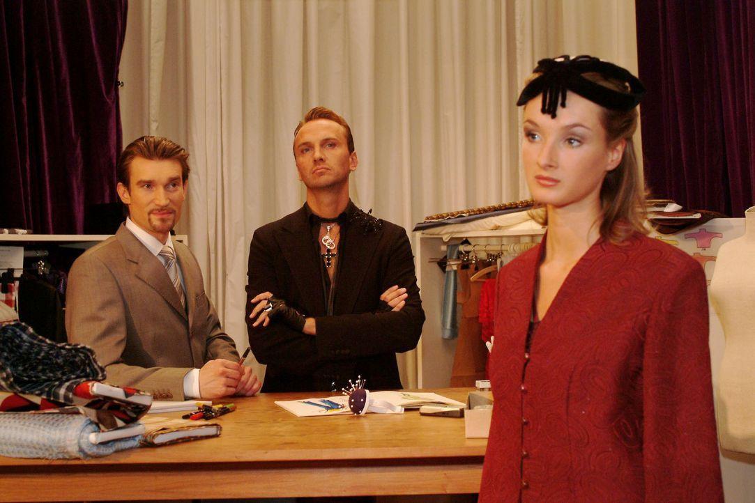 Hugo (Hubertus Regout, M.) und Richard (Karim Köster, l.) haben völlig unterschiedliche Auffassungen von Mode ... - Bildquelle: Sat.1