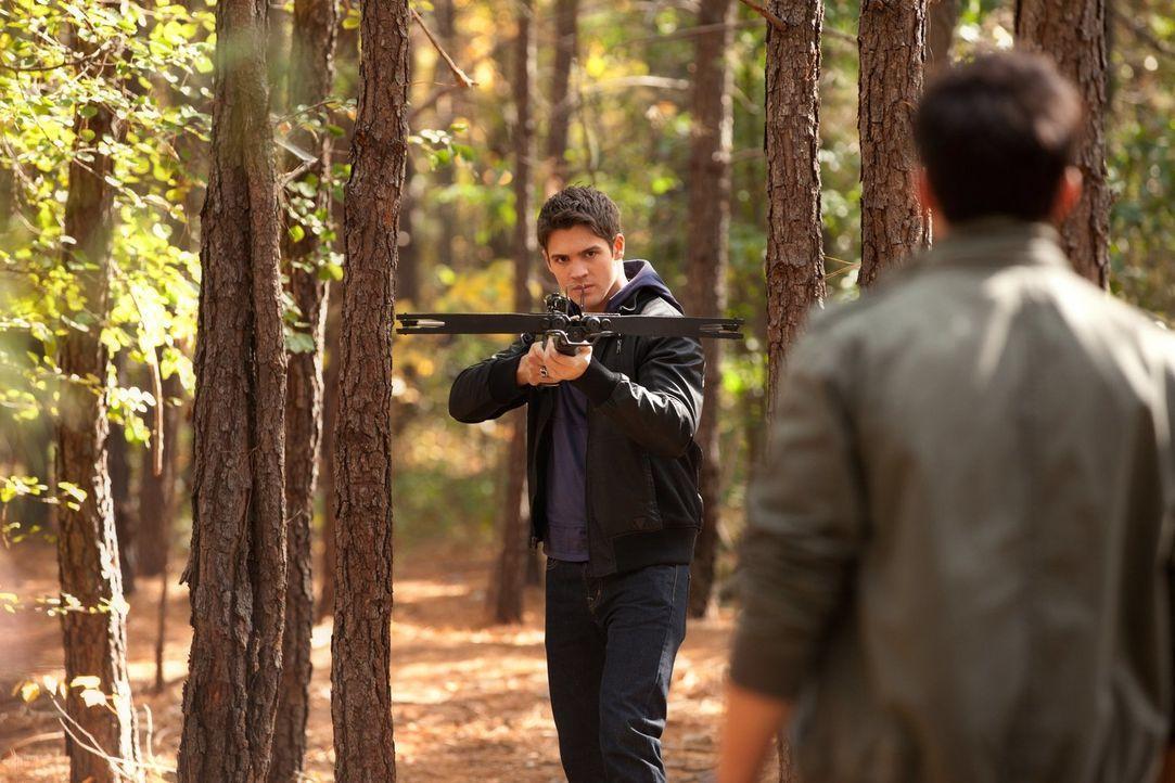 Der Hybrid Tyler (Michael Trevino, r.) fordert Jeremy (Steven R. McQueen, l.) auf, auf ihn zu schießen ... - Bildquelle: Warner Brothers