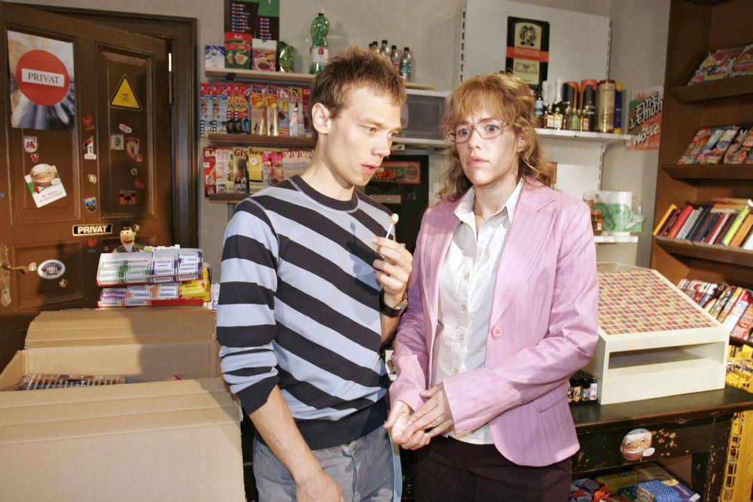 Lisa (Alexandra Neldel, r.) gesteht dem verblüfften Jürgen (Oliver Bokern, l.), dass sie David eins auswischen wollte. - (Dieses Foto von Alexandr... - Bildquelle: Noreen Flynn Sat.1