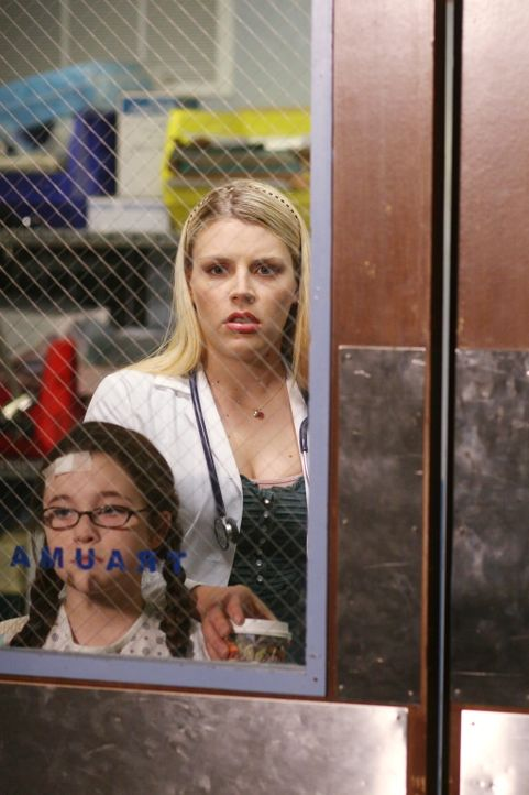 Hope (Busy Philipps, r.) versucht Charlotte Paxon (Savannah Stehlin, l.) abzulenken, damit sie nicht sieht, was im Behandlungsraum geschieht ... - Bildquelle: Warner Bros. Television