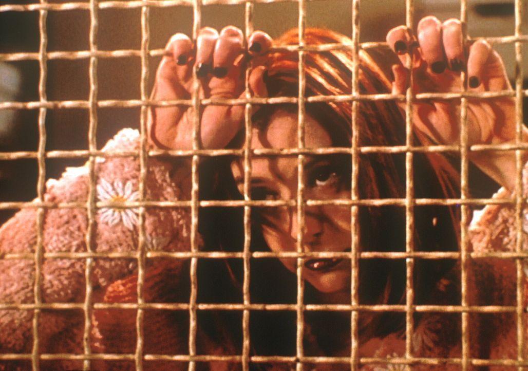 Der Vampir (Alyson Hannigan), der wie Willow aussieht, wartet darauf, freigelassen zu werden, um wieder auf Menschenjagd zu gehen. - Bildquelle: TM +   2000 Twentieth Century Fox Film Corporation. All Rights Reserved.