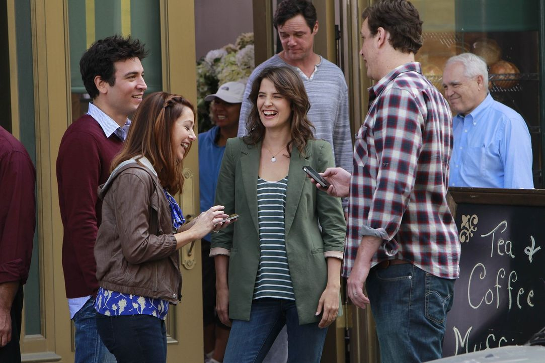 Ted (Josh Radnor, l.), Marshall (Jason Segel, r.), Barney und Lily (Alyson Hannigan, 2.v.l.) machen sich über Robin (Cobie Smulders, 2.v.r.) lustig... - Bildquelle: 20th Century Fox International Television