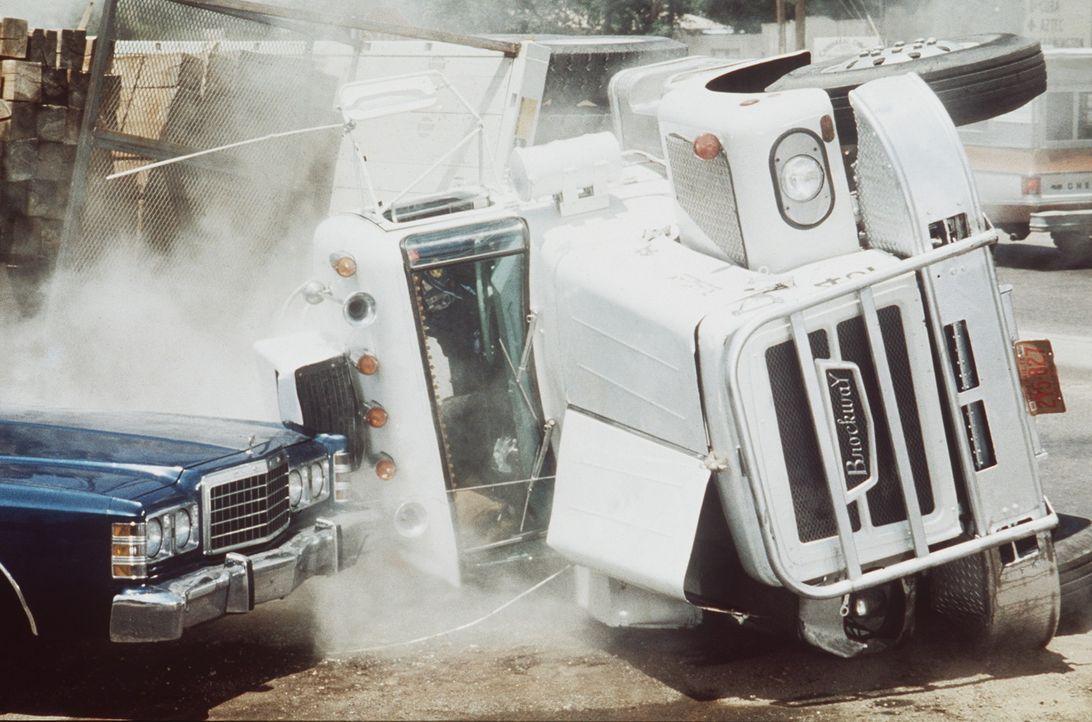 Notfalls auch mit Gewalt sprengen die Trucker in ihrem Convoy jede Polizeisperre, die sich ihnen auf ihrem Weg in die Freiheit entgegenstellt ... - Bildquelle: Neue Constantin Film
