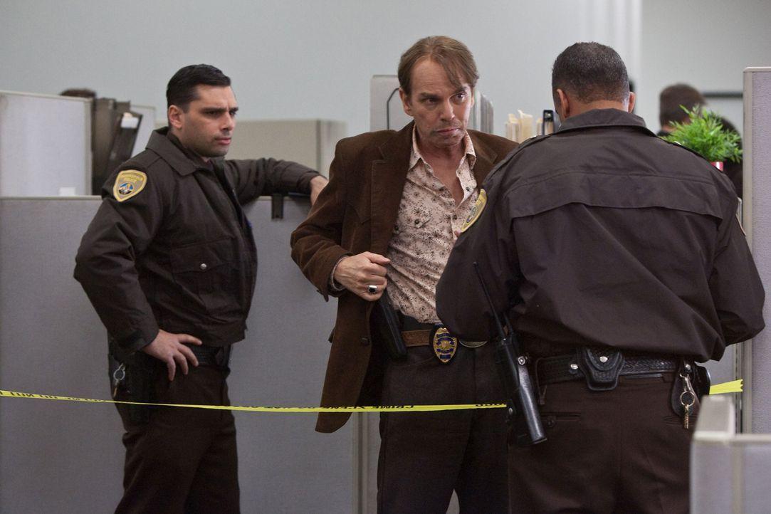 Der drogensüchtige, kurz vor seiner Pensionierung stehende Cop Slade Humphries (Billy Bob Thornton, M.) ist bei seinen Kollegen auf dem Revier nich... - Bildquelle: 2010 CBS FILMS, INC.  All rights reserved.