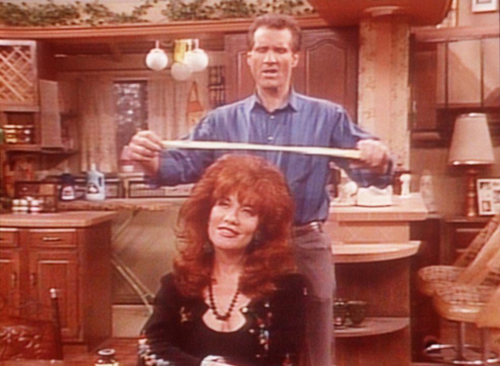 Weil er 5.000 Dollar auftreiben muss, will Al (Ed O'Neill) die Haarpracht seiner Frau Peggy (Katey Sagal, vorne) verkaufen. - Bildquelle: Sony Pictures Television International. All Rights Reserved.
