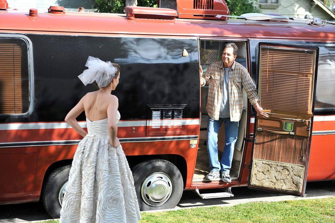 Als Sarah (Rachel Griffiths, l.) kurz vor der Trauung frische Luft schnappen will, begegnet sie ausgerechnet ihrem leiblichen Vater Brody (Beau Brid... - Bildquelle: 2011 American Broadcasting Companies, Inc. All rights reserved.