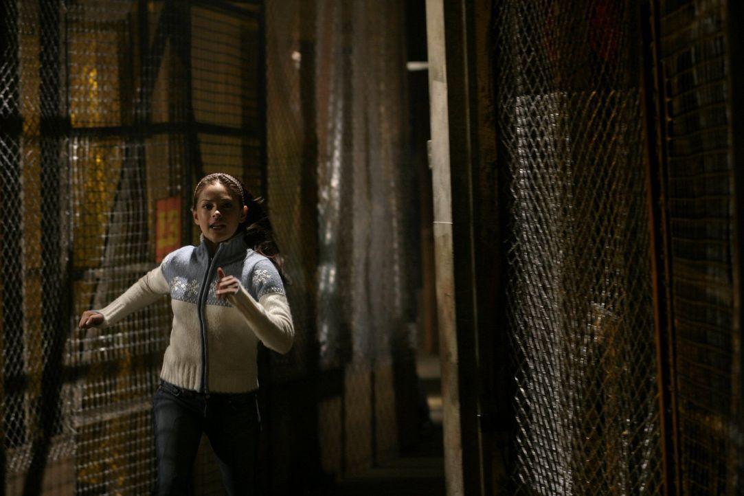 Gelingt Lana (Kristin Kreuk) die Flucht? - Bildquelle: Warner Bros.