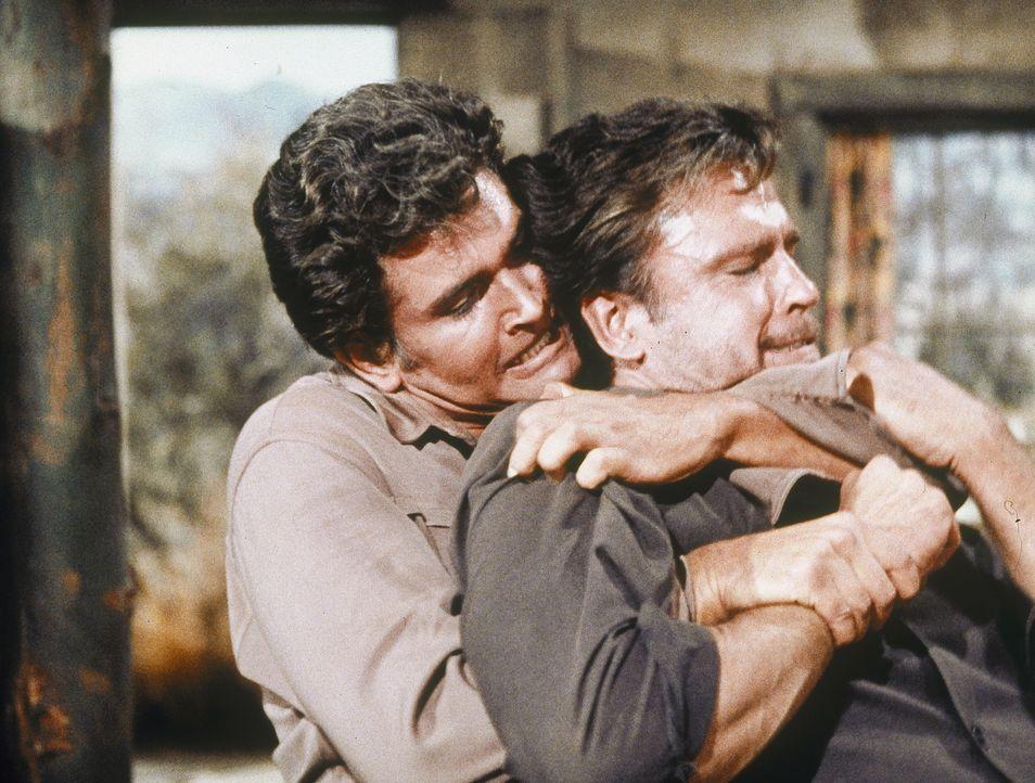 Eigentlich will Little Joe (Michael Landon, l.) nur eine alte Freundin besuchen, doch dann gerät er unter die Banditen ... - Bildquelle: Paramount Pictures