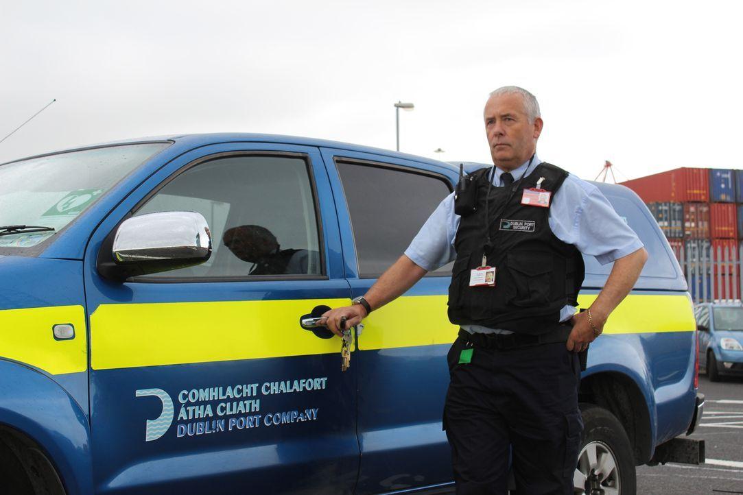 Am Flughafen von Dublin wird ein Passagier aus Italien befragt, weil sein Au... - Bildquelle: Crackit Prodcutions