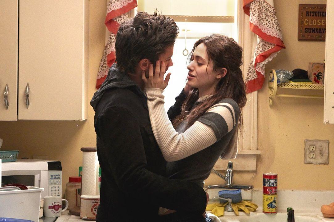 Das Schäferstündchen zwischen Steve (Justin Chatwin, l.) und Fiona (Emmy Rossum, r.) wird unterbrochen, weil Debbie diesmal etwas besonders Schlimme... - Bildquelle: 2010 Warner Brothers