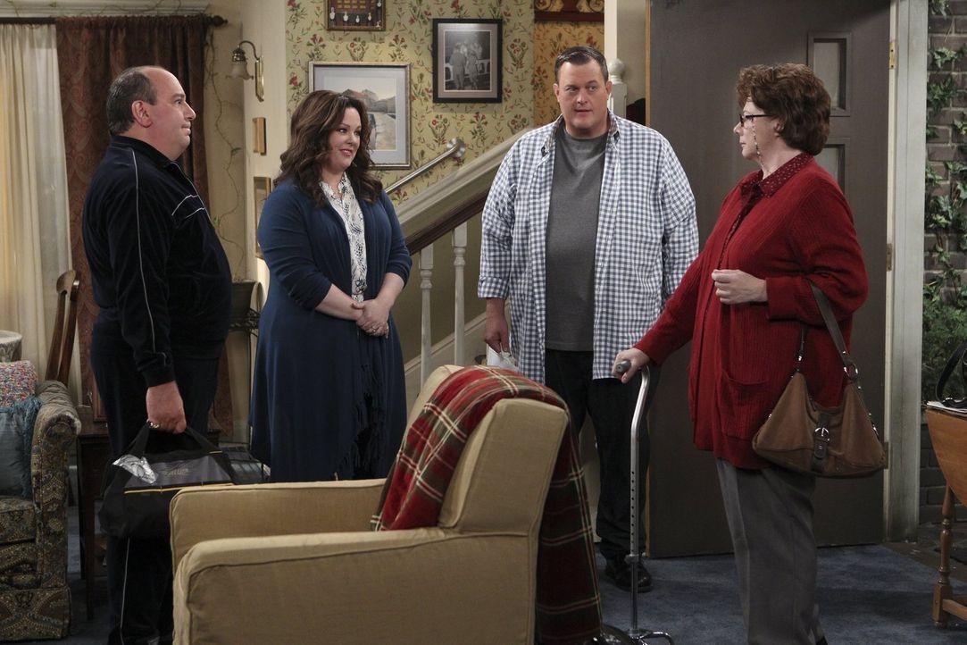 Nachdem Peggy (Rondi Reed, r.) einen leichten Herzinfarkt erlitten hat, begrüßen Vince (Louis Mustillo, l.), Molly (Melissa McCarthy, 2.v.l.) und Mi... - Bildquelle: Warner Brothers