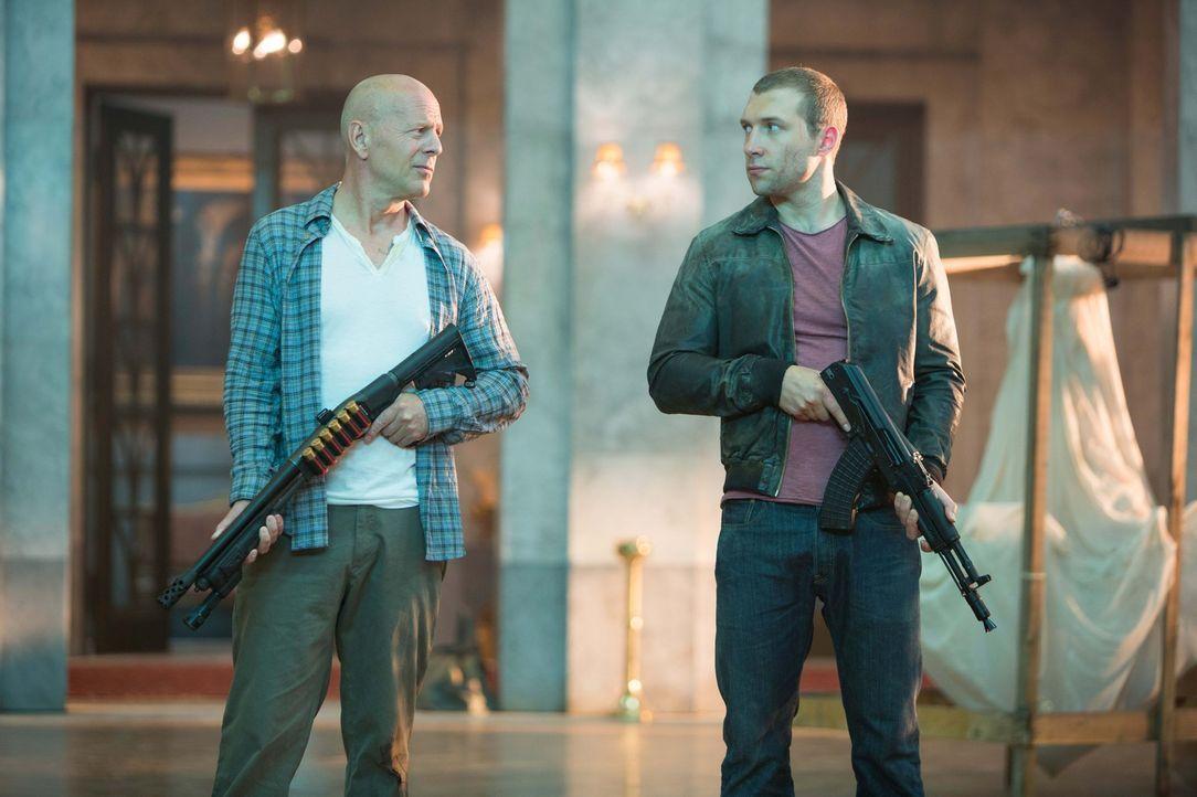 Obwohl sie sich über die letzten Jahre fremd geworden sind, müssen John McClane (Bruce Willis, l.) und sein Sohn Jack (Jai Courtney, r.) im Kampf ge... - Bildquelle: 2013 Twentieth Century Fox Film Corporation. All rights reserved.