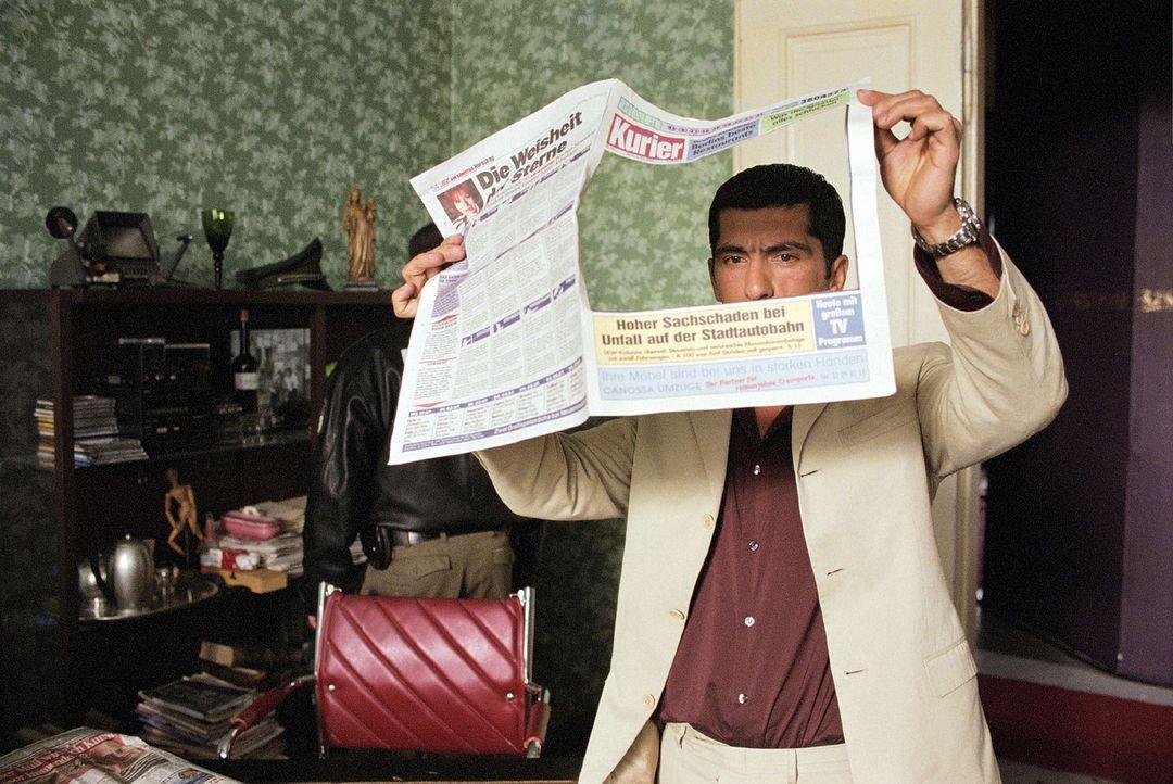 Alyans (Erdal Yildiz) durchsucht die Wohnung des Mörders. - Bildquelle: Sat.1