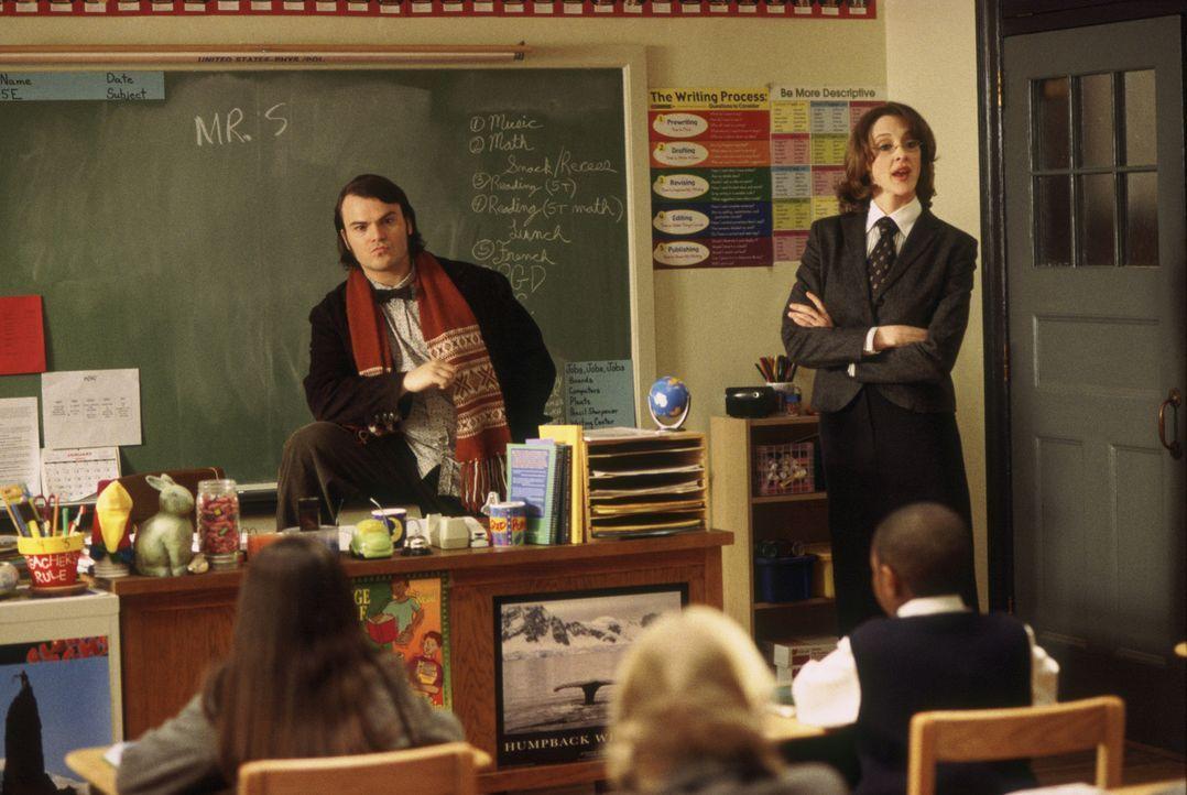 Eigentlich wollte Mrs. Mullins (Joan Cusack, l.), gestrenge Direktorin einer Eliteschule, Deweys (Jack Black, r.) Mitbewohner eine Stelle als Aushil... - Bildquelle: Paramount Pictures