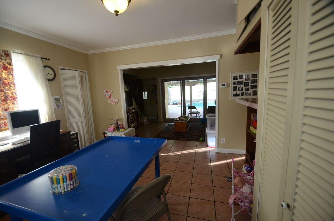 Josh Temple und seine Crew wollen den gemeinsamen Wohnraum von Latha Risso und ihrer Familie komplett neu gestalten. Doch werden sie den Geschmack d... - Bildquelle: 2012, DIY Network/Scripps Networks, LLC.  All Rights Reserved.
