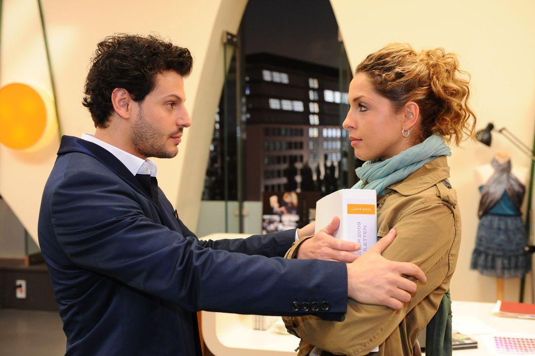 Nina (Maria Wedig, r.) unterbindet die Nähe, die sich anlässlich ihres Unschuldsverdachts zwischen ihr und Luca (Manuel Cortez, l.) aufgebaut hat... - Bildquelle: SAT.1