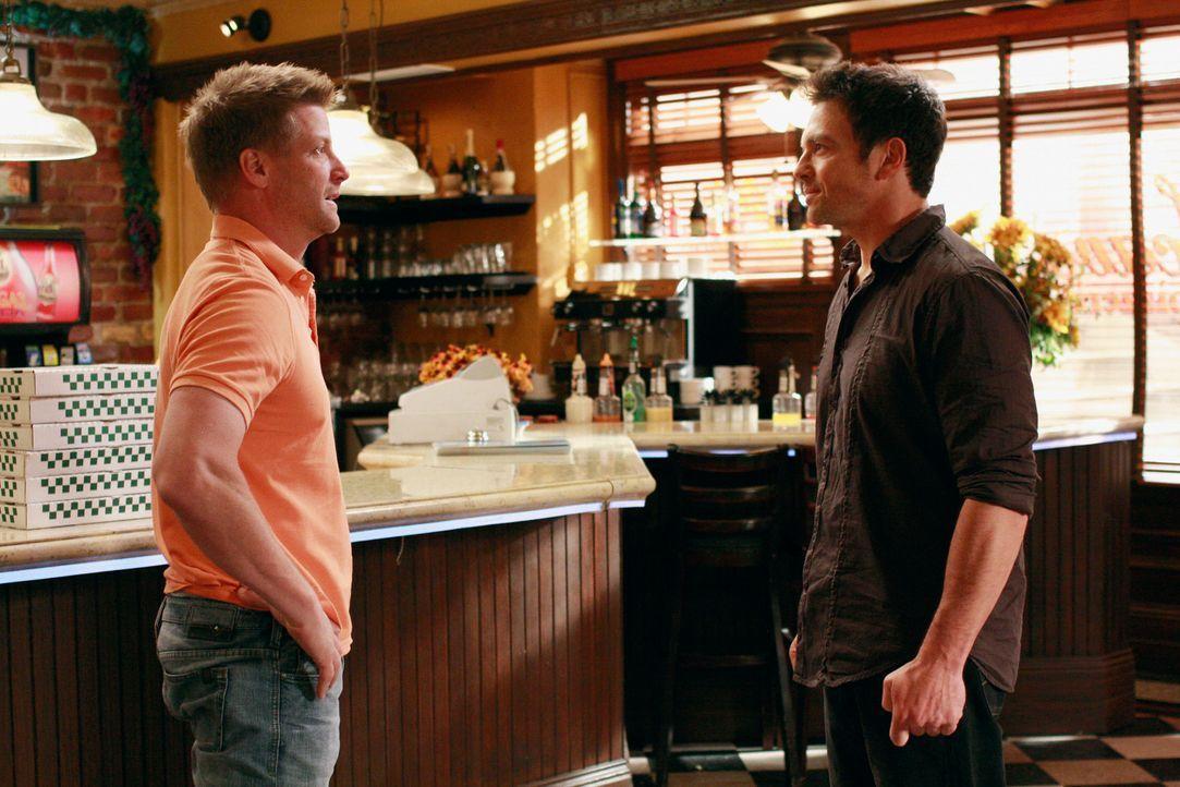 Während Lynette weiterhin Tom (Doug Savant, l.) verdächtigt, dass er den Brand in Ricks (Jason Gedrick, r.) Restaurant gelegt hat, bekommt Gabrielle... - Bildquelle: ABC Studios