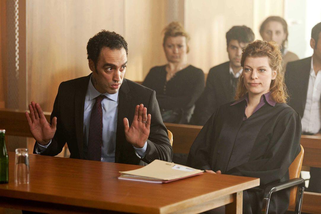 Haben Danni und ihr Mandant Patrick Hollerbach vor Gericht gegen Hassan (Samir Fuchs, l.) und seine Rechtsanwältin Frau Mai (Sakia Schwarz, r.) ein... - Bildquelle: Frank Dicks SAT.1