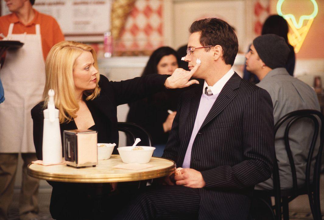 Bandeln Larry (Robert Downey Jr., r.)  und seine Ex-Freundin Helena Fisher (Gail O'Grady, l.) wieder miteinander an? Ally trifft Hals über Kopf eine... - Bildquelle: 2001 Twentieth Century Fox Film Corporation. All rights reserved.