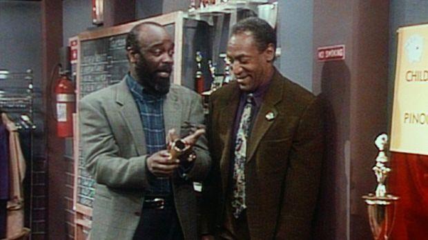 Cliff (Bill Cosby, r.) begutachtet mit seinem Spielpartner James die Pokale f...