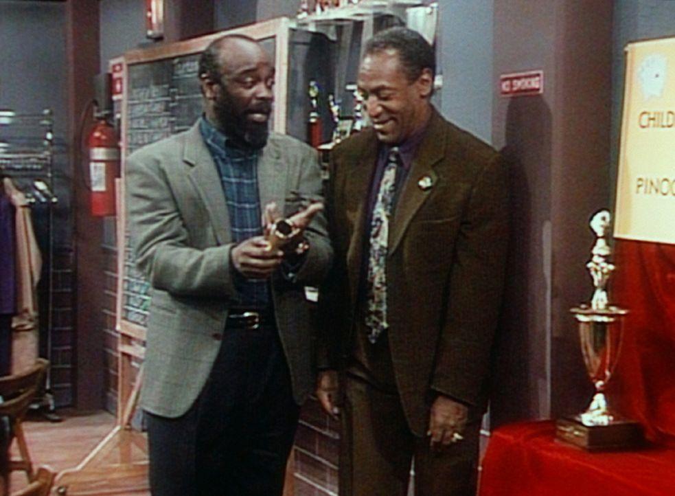 Cliff (Bill Cosby, r.) begutachtet mit seinem Spielpartner James die Pokale für die Sieger im Binokel-Turnier. - Bildquelle: Viacom