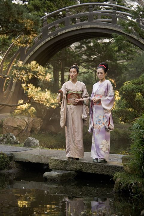 Die elegante und erfahrene Mameha (Michelle Yeoh, l.) lehrt Sayuri Nitta (Ziyi Zhang, r.) alle künstlerischen und sozialen Fähigkeiten, die eine G... - Bildquelle: 2005 Sony Pictures Television International.