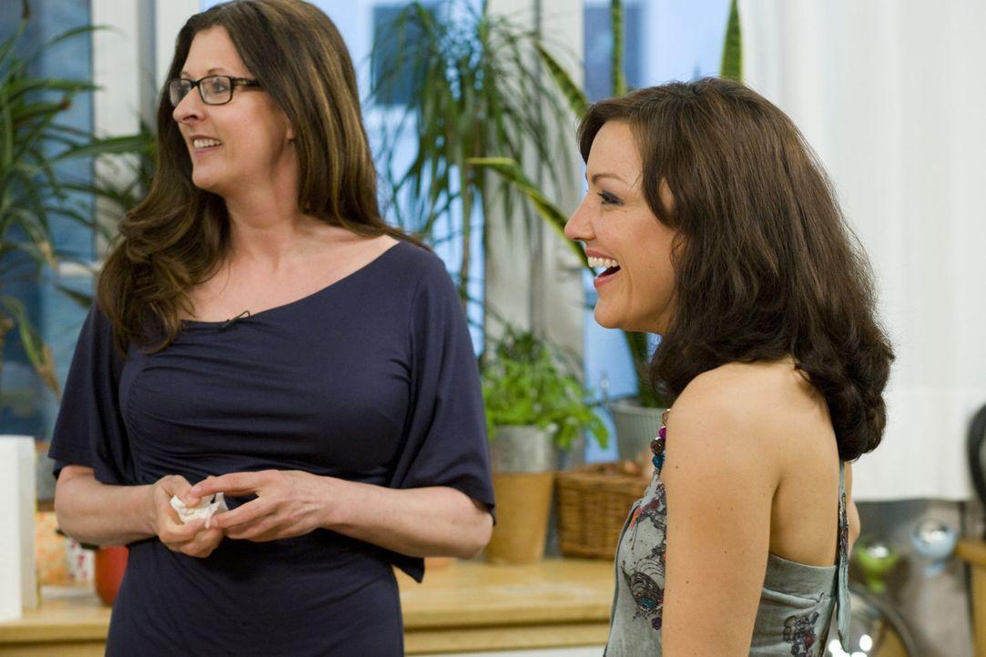 Treffen sich zum Mädelsabend: Birgit Ehrenberg (l.) und Miriam Pielhau (r.) ... - Bildquelle: sixx