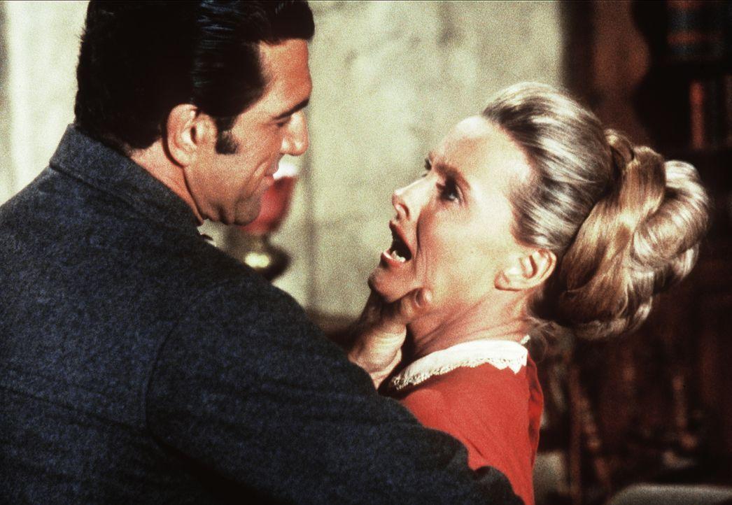 Grant Carbo (Vincent Beck, l.) begehrt die verheiratete Susannah Clawson (Dina Merrill, r.), die ihn jedoch abweist. - Bildquelle: Paramount Pictures