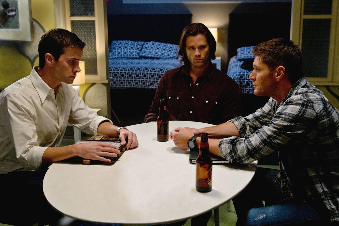 Als plötzlich ein Mann (Gil McKinney, l.) in ihrem Hotelzimmer auftaucht, ahnen Sam (Jared Padalecki, M.) und Dean (Jensen Ackles, r.) noch nicht, w... - Bildquelle: Warner Bros. Television