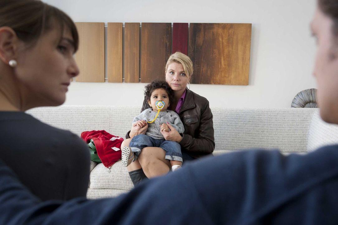 Dannis (Annette Frier, 2.v.r.) einzige Chance ist die Suche nach dem Vater von Momo (Angi Peters, 2.v.l.), den sie meint, in dem Zahnarzt Paul Stein... - Bildquelle: SAT.1