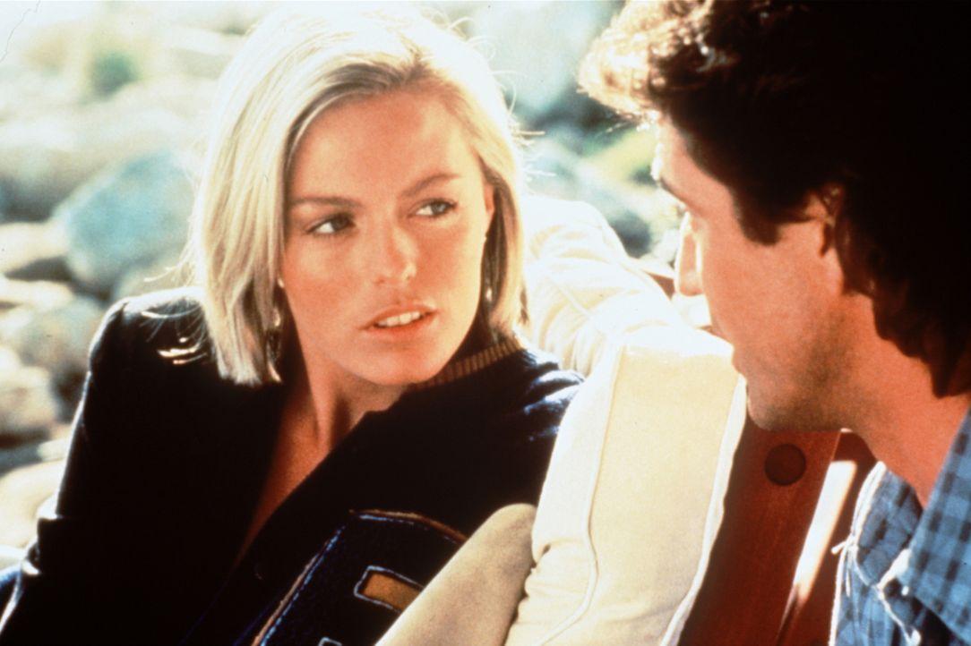 Über Rika (Patsy Kensit, l.), die persönliche Sekretärin des Drogendealers Rudd, versucht Riggs (Mel Gibson, r.), an geheime Informationen über dess... - Bildquelle: Warner Brothers International